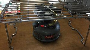 コールマンのシングルバーナー533の五徳にニトリのキッチンラック積み重ね棚がピッタリ