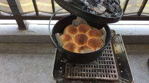 ダッチオーブンで焼くパンのレシピと焼き方や炭の量